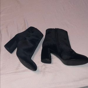 Black Ankle boots with buttons decor on the side.